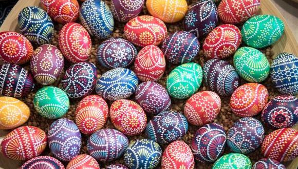 Los huevos representan la vida y el renacimiento, y la tradición de decorarlos se remonta a la Edad Media. (Getty Images)