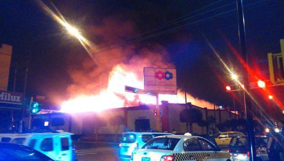 Breña: incendio arrasó con más de 200 puestos de mercado