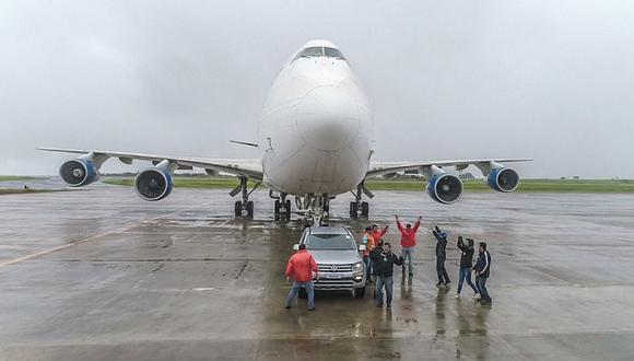 Como parte de una campaña sobre su lanzamiento en Paraguay, la nueva Volkswagen Amarok V6 arrastró este enorme avión.