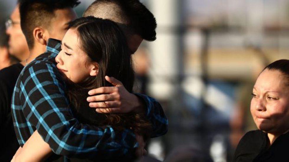 Unos jóvenes se abrazan en una vigilia en honor al estudiante de la secundaria Horizon, Javier Amir Rodríguez.