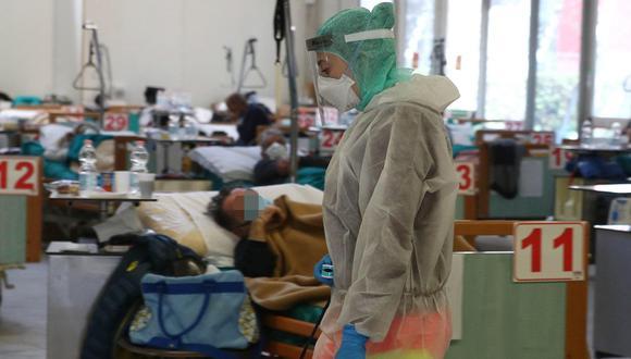 Trabajadores de la salud son vistos en las estructuras temporales construidas por el coronavirus al lado del hospital de Brescia en Italia. (EFE).