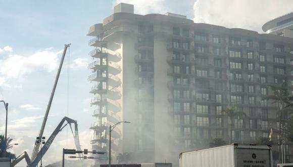 El equipo de rescate de Miami-Dade está buscando en el edificio de condominios de 12 pisos que se derrumbó parcialmente en Surfside, Florida, EE.UU. (Foto: EFE / EPA / CRISTOBAL HERRERA-ULASHKEVICH).