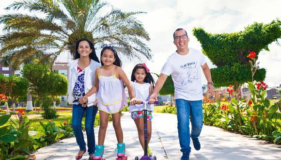 Milagros, Fátima y Daniela cumplieron el sueño de papá: editar un libro que reúna su obra. Aquí, en uno de esos momentos que le robaban al fútbol.