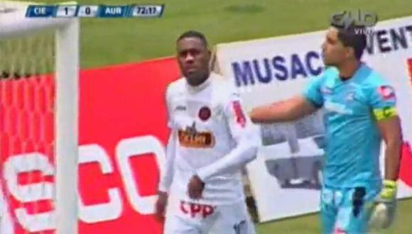En un duelo entre Cienciano y Aurich, Tejada decidió abandonar el campo de juego por insultos racistas. (Captura)