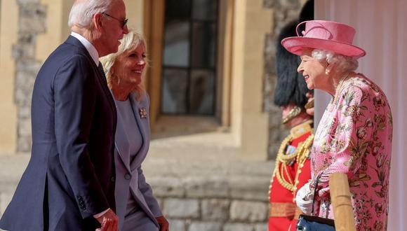 La reina Isabel II de Gran Bretaña saluda al presidente de Estados Unidos, Joe Biden y a la primera dama Jill Biden, en el Castillo de Windsor. (Foto de Chris Jackson / POOL / AFP).