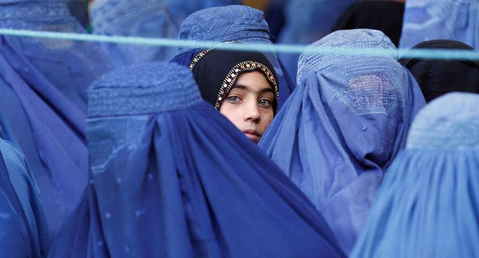 Una niña mira entre las mujeres que hacen cola para recibir ayuda humanitaria en Jalalabad, Afganistán, en junio del 2017. (Foto: Reuters)