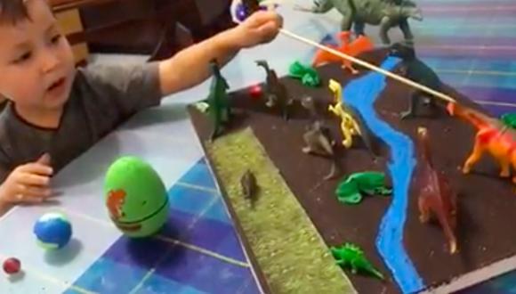 El video muestra al pequeño explicando las características de cada dinosaurio mientras los señala con una varita. (Foto: captura de video)