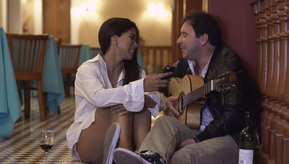 """Música, romance y pasiones: Karen Dejo y Julio Andrade en una secuencia de """"Jugo de tamarindo"""". (Foto: Difusión)"""