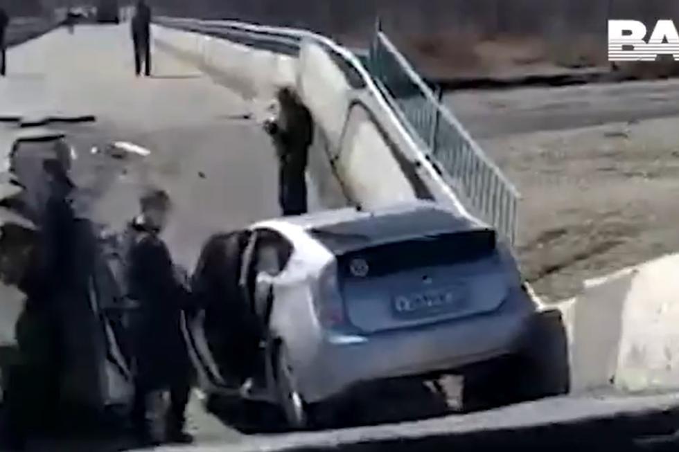 Afortunadamente, el conductor quedo ileso y transeúntes bajaron a ayudarlo. (Foto: @bazabazon/Twitter)