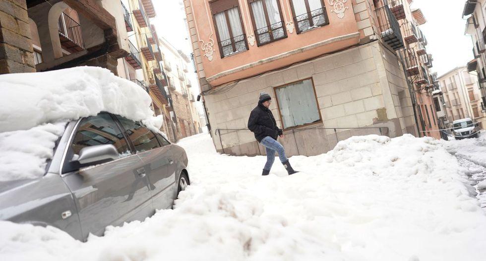 """Una portavoz de la Guardia Civil en Alicante explicó """"el hallazgo de un cadáver"""" en una zona inundada donde desde el lunes se buscaba a un hombre de 67 años desaparecido cuando su auto fue arrastrado por una riada. (Foto: Reuters)"""