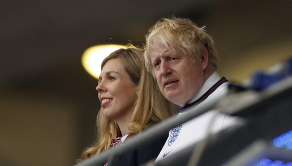 El primer ministro británico, Boris Johnson y su esposa Carrie  miran la final de la UEFA EURO 2020 entre Italia e Inglaterra en el estadio de Wembley en Londres el 11 de julio de 2021. (Foto de JOHN SIBLEY / POOL / AFP).