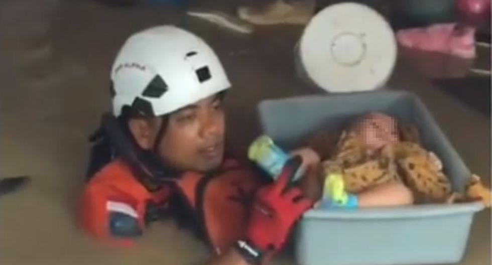 En uno de los videos se puede ver a un bebé tranquilo mientras es sacado del agua antes de ser llevado un lugar seguro. (Instagram / makassar_iinfo)