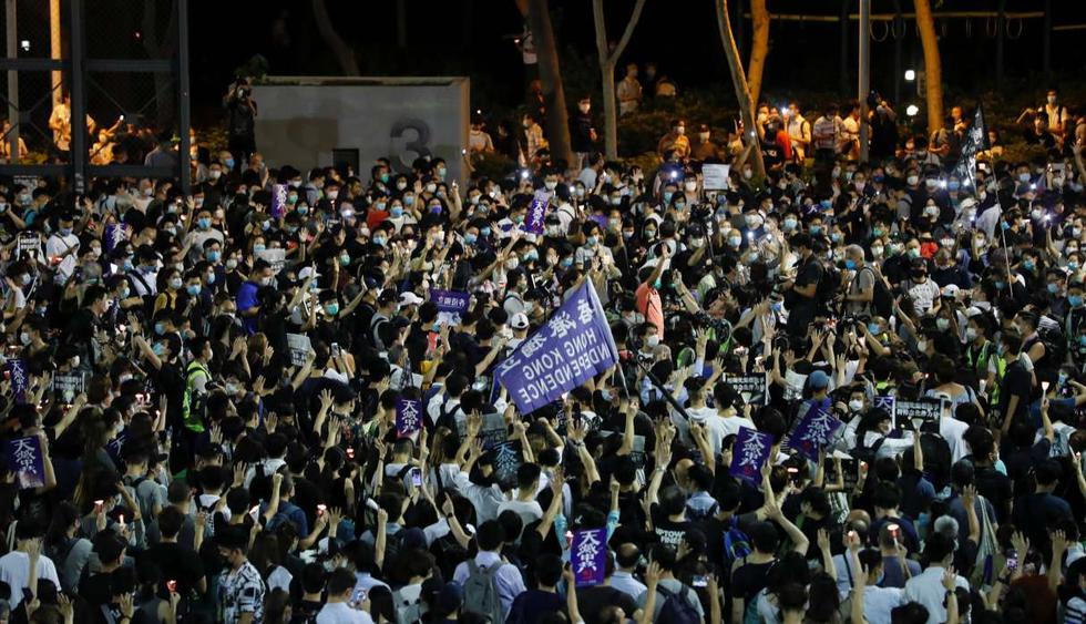 Los manifestantes agitan las banderas de independencia de Hong Kong mientras participan en una vigilia con velas para conmemorar el 31 aniversario de la represión de las protestas en favor de la democracia en la Plaza Tiananmen de Beijing en 1989. (REUTERS/Tyrone Siu).