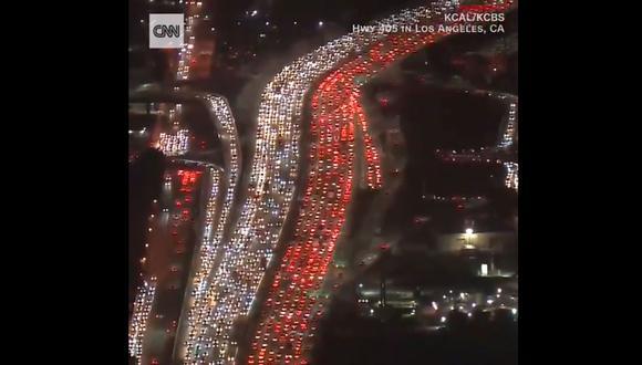 Grabaciones aéreas de diversos canales estadounidenses muestran las filas de vehículos que se extienden por varios kilómetros en las autopistas de Los Ángeles. (Captura de video)