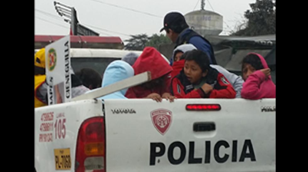 ¿Y la seguridad? policías llevan niños en tolva de camioneta - 1