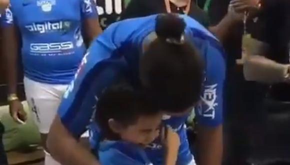 Una pequeña no pudo contener las lágrimas al tener muy de cerca a Ronaldinho. La escena, que se encuentra en YouTube, se mantendrá en su memoria -y corazón- para toda la vida. (Foto: captura de video)