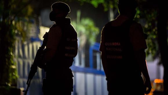 """Miembros de la Guardia Nacional Bolivariana (GNB) custodian las inmediaciones del diario venezolano """"El Nacional"""" de Venezuela. (EFE/ Miguel Gutiérrez)."""