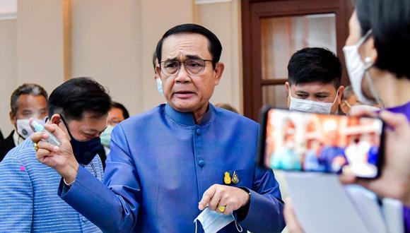 En esta foto del 9 de marzo de 2021, el primer ministro de Tailandia, Prayut Chan-OCha, rocía desinfectante de manos a los periodistas en un intento de evitar preguntas. (Foto: AFP).
