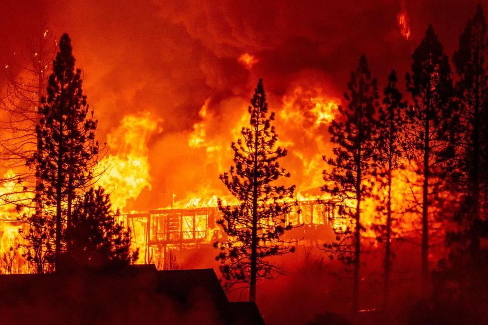 """Una casa se ve envuelta en llamas durante el """"Creek Fire"""" en el área de Tollhouse del condado no incorporado de Fresno, California (Estados Unidos). (AFP / JOSH EDELSON)."""