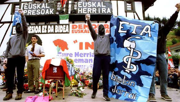 Integrantes de ETA participan en el funeral de su lideresa Ignacia Ceberio el 7 de junio de 1998. (Reuters).