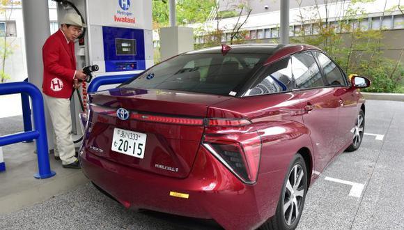 Técnico de la distribuidora de gas de Japón, Iwatani, carga gas hidrógeno al vehículo de celdas de combustible del gigante automotriz japonés Toyota. (Foto referencial: AFP)