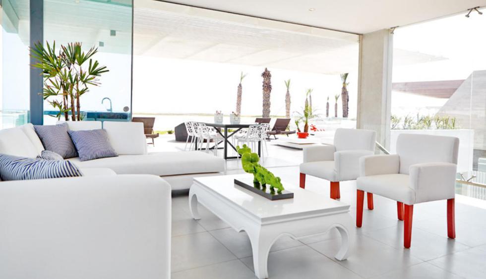 El piso de la sala tiene porcelanato gris. Los sofás se hicieron especialmente para la casa de playa. (Foto: Jaime Gianella. Styling María Lucía Ruzo)