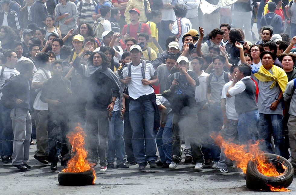 El 20 de abril del 2005, miles de personas protestaban en Quito exigiendo la renuncia de Lucio Gutiérrez. (AP)
