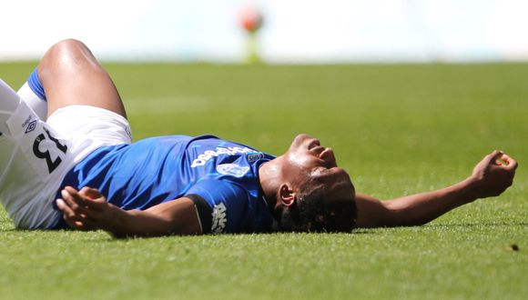 Yerry Mina salió lesionado a los 30 minutos del Everton vs. Wolverhampton. (Foto: AFP)