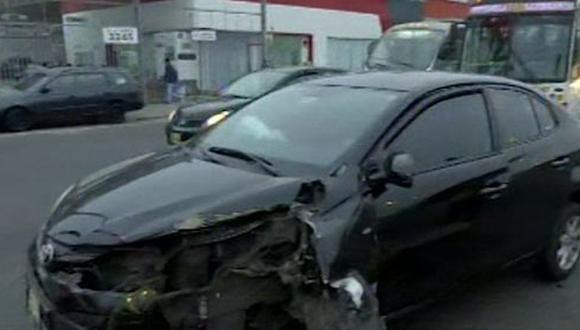 El vehículo quedó destrozado y el semáforo inclinado. (Foto: Captura/RPP Noticias)