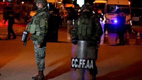 Varios militares llegan para custodiar la cárcel de Latacunga tras haberse presentado un motín, en Latacunga (Ecuador). (Foto: EFE)