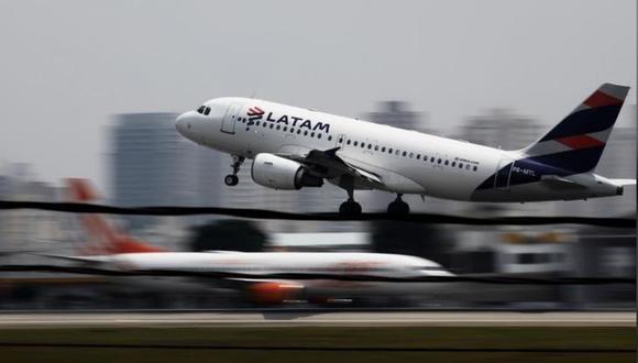 Imagen de archivo de un avión de LATAM Airlines despegando en el aeropuerto de Congonhas en Sao Paulo, Brasil. Diciembre 19, 2017. REUTERS/Nacho Doce