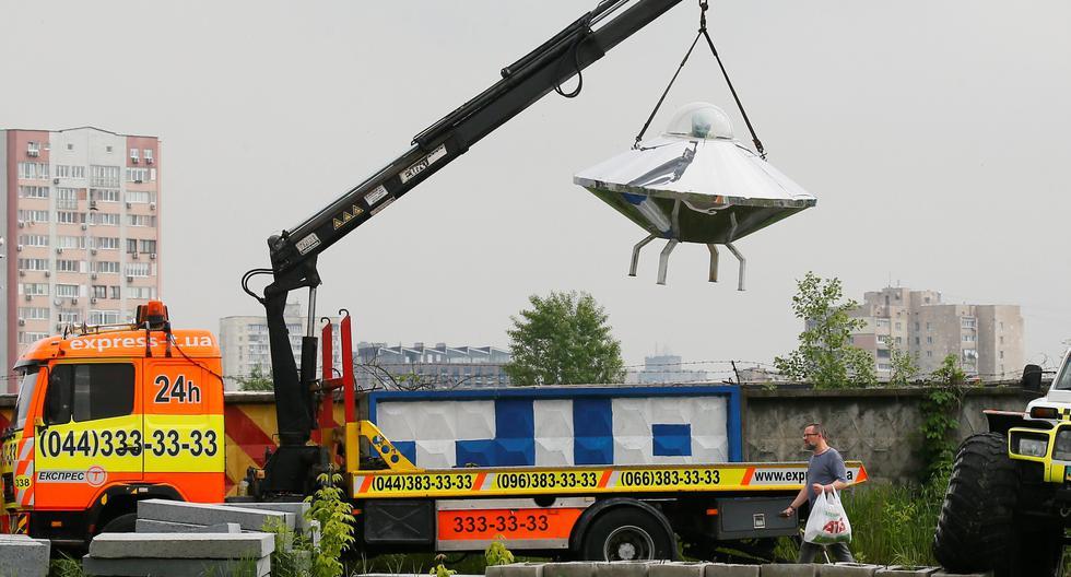 Una nave espacial utilizada para una publicidad es trasladada a otro lugar en Ucrania. REUTERS
