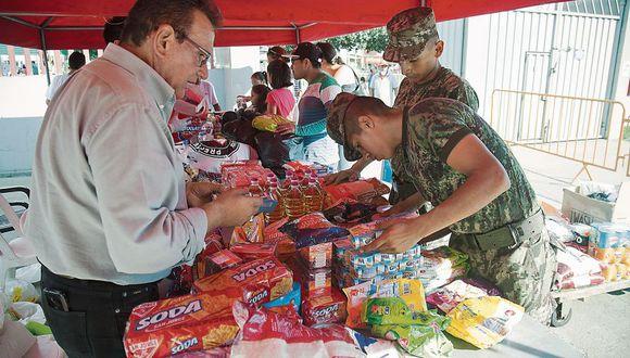 Ayer por la tarde empezaron a llegar las primeras donaciones al coliseo Dibós, en San Borja. Esta ayuda humanitaria será embarcada en el Callao y luego enviada al norte. (Foto: Eduardo Cavero)