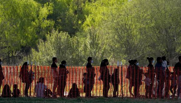 La foto de archivo del 19 de marzo de 2021 muestra a migrantes detenidos en instalaciones de la agencia Aduanas y Protección Fronteriza de Estados Unidos en Mission, Texas. (AP Foto/Julio Cortez, File).