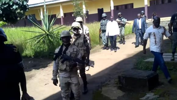 """En un vídeo de 6 minutos, 11 chicos afirmaban haber sido secuestrados por los """"Amba boys"""", un grupo armado de separatistas anglófonos. (Foto: captura de video AFP)"""