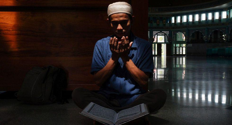 En Indonesia, el mayor país musulmán del mundo, donde el Ramadán genera un entusiasmo generalizado, las organizaciones religiosas han pedido a los fieles que se queden en sus casas. Imagen de un musulmán indonesio rezando. (FAJRIN RAHARJO / AFP).