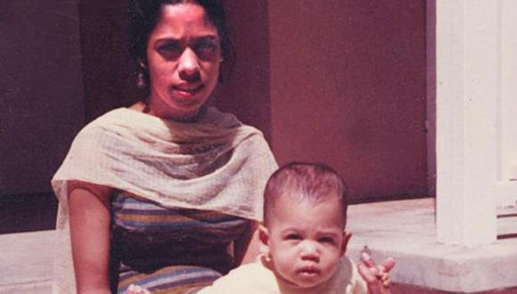 Kamala Harris de bebé con su madre Shyamala Gopalan. (Foto: Kamala Harris, vía BBC Mundo).