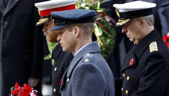 Imagen de archivo de los príncipes Guillermo y Harry asistiendo a la ceremonia de conmemoración del centenario de la Primera Guerra Mundial, en el 2018, en Londres. Detrás de ellos se aprecia al príncipe Andrés de York. (Foto de Tolga AKMEN / AFP).