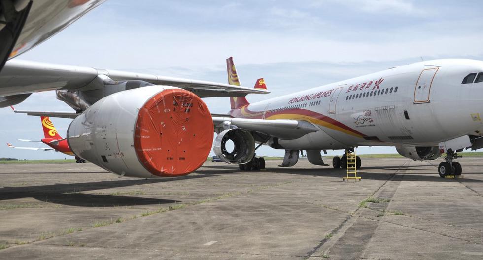 """Un avión Airbus A330 de Hong Kong Airlines sin motores está estacionado en el aeropuerto """"Marcel Dassault"""" de Chateauroux-Deols, en Deols, en el centro de Francia. Muchos aviones de varias aerolíneas están estacionados en el aeropuerto de Chateauroux-Deols hasta el final de la crisis causada por COVID-19. (GUILLAUME SOUVANT / AFP)"""
