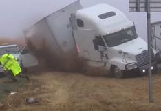 El dramático momento en que policías y un equipo de televisión se salvan de ser aplastados por un camión