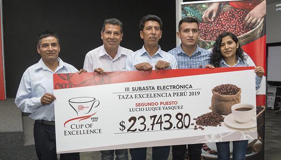El Café de Lucio Luque, con el cheque obtenido en la subasta electrónica Cup of Excellence. Foto: Roger Aguilar Mendieta.