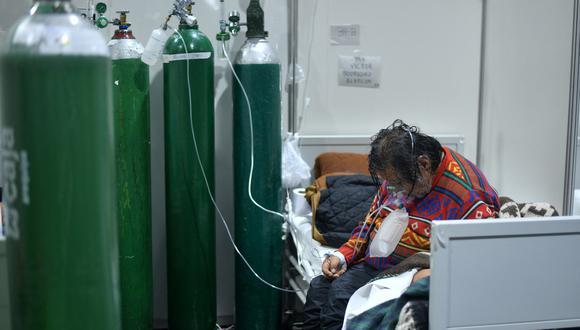 Una paciente se sienta en una cama del Hospital Honorio Delgado de Arequipa, Perú, donde se han registrado casos de la variante Delta del coronavirus. (Foto de Diego Ramos / AFP).
