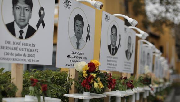 Carteles con los retratos de los médicos que murieron luchando contra el coronavirus fueron colocados en las instalaciones del Colegio Médico del Perú. (Foto: archivo/ Anthony Niño de Guzmán / GEC)