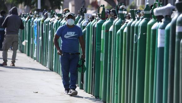 Los locales de suministro de oxígeno se ha visto abarrotados por la cantidad de personas que desean comprar el producto. (Foto: Britanie Arroyo / @photo.gec)