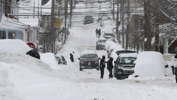 Imagen referencial. Los residentes comienzan a excavar el por la mañana en Hazleton, Pensilvania. El área acumuló hasta 30 pulgadas de nieve. (Warren Ruda / Standard-Speaker vía AP).