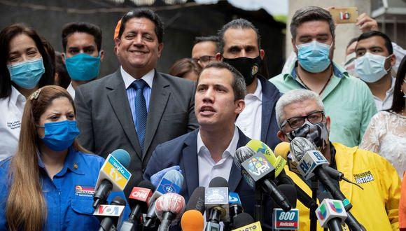 Imagen de Juan Guaidó declarando en la sede del partido político Acción Democrática (AD) en Caracas (Venezuela). (EFE/ Rayner Peña).
