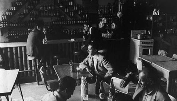 Mario Vargas llosa a inicios de los 70, posando en el histórico bar limeño, hoy desaparecido.