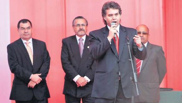 Fujimorista Víctor Albrecht asumió el Gobierno Regional del Callao en marzo del 2010 en reemplazo de Álex Kouri, de quien fue vicepresidente hasta esa fecha. Aquí en la firma protocolar del contrato. (Foto: USI)
