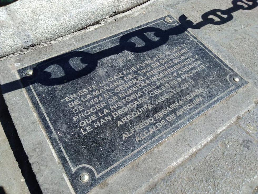 La placa se encuentra abajo de la pileta de la plaza de armas de Arequipa (Foto: El Comercio)