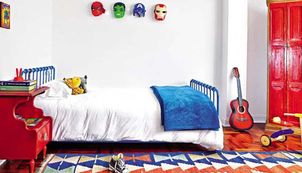 Este cuarto con acentos de color hace que el espacio luzca acogedor y lleno de vida. Los colores hacen que los muebles vintage de madera y la cama de metal armonicen a la perfección y que, en conjunto, la decoración transmita diversión. (Foto: Jorge Gianella)